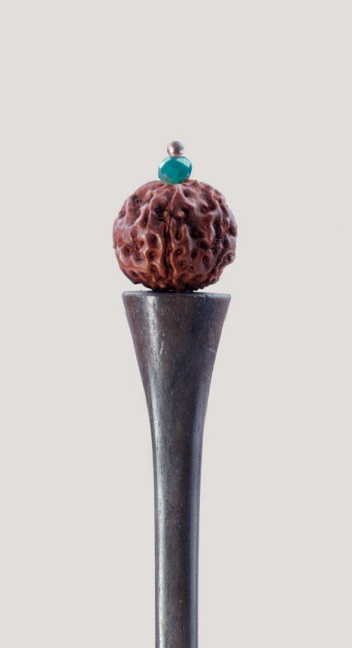 Palo para el pelo con semilla rudraksha y cristal. ¡Un toque sagrado y sano para tus recogidos!