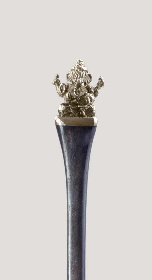 Palo para el pelo con amuleto de Ganesha en acero. ¡Benefíciate del poder a través de tus recogidos!