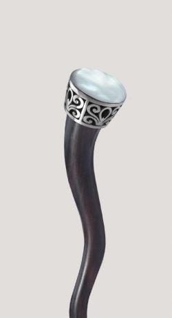 Palo ondulado para el pelo con perla de nácar y acero. ¡Un toque natural y delicado para tus peinados!