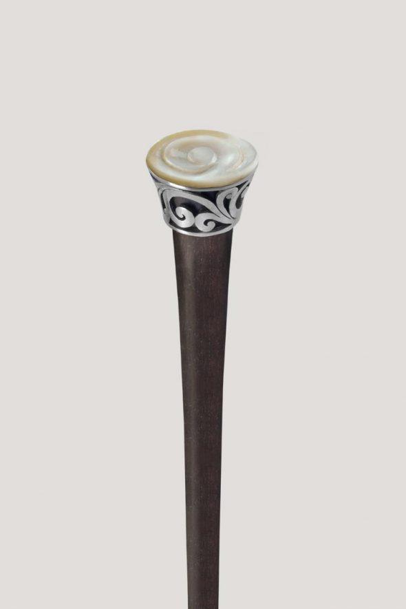 Palo para el pelo con filigrana circular de acero y madreperla blanca grabada a mano. ¡Un toque natural y elegante para tus peinados!