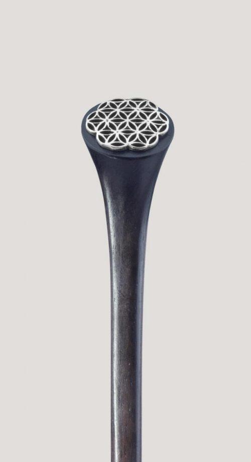 palo paar el pelo de madera, de 16 cm de longitud y esta decorado con el diseño de la flor de la vida en plata