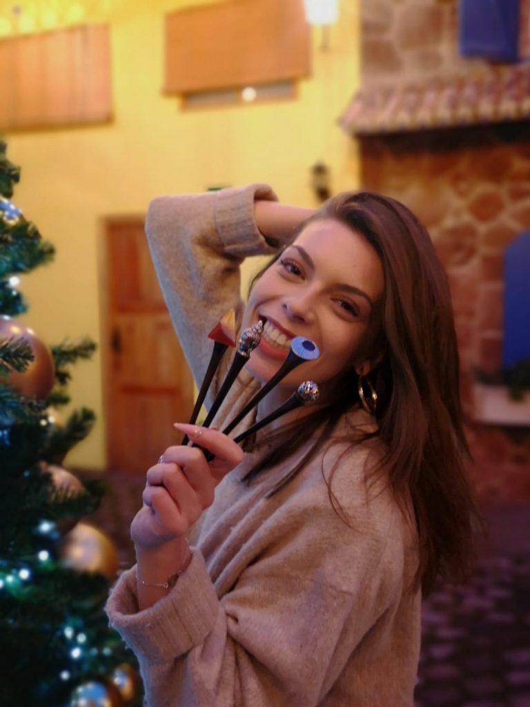 chica con palos para el pelo en la mano