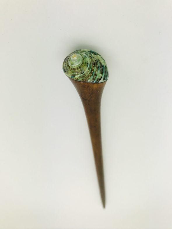 palo paar el pelo con concha verde